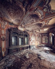 Abandoned Villa in Italy - Abandoned Architecture - Big City Buildings - Modern and Historical Buildings - City Planning - Travel Photography Destinations - Amazing Ugly and Beautiful Places Abandoned Mansions, Abandoned Buildings, Abandoned Places, Abandoned Castles, Haunted Places, City Buildings, Villas In Italy, Strange History, Medieval Art
