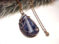 Fotogaléria šperkov, drôtený, tepaný a patinovaný medený šperk, drôtikovaný prívesok s minerálom, šperky s kameňom, sodalit.