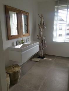 Badkamer naturel met houtaccenten