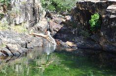 Mergulhando no poço de águas esverdeadas da Cachoeira do Paraíso, em Natividade - TO