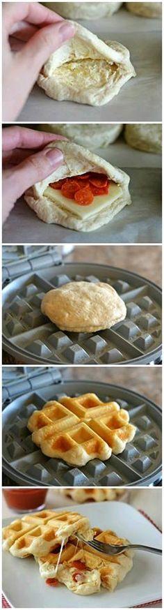 Mezcla para waffles, queso mozzarella, pepperoni y salsa para pizza.