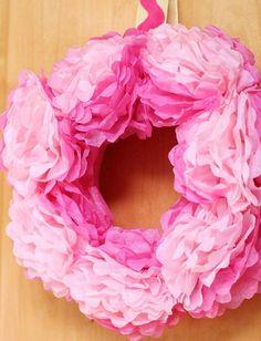 Zum Muttertag einen Türkranz basteln aus rosa Papier-Pfingstrosen