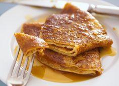 Crêpes bretonnes au caramel. Ingrédients pour faire la recette de crêpe bretonne pour 4 personnes : farine, sucre, beurre demi-sel, œufs, lait et miel liquide.