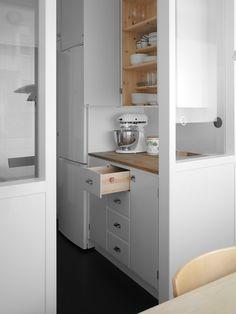Utdragen kökslåda i ett platsbyggt funkiskök i Stockholm, handbyggt i orginalstil av Möllansverkstäder i Malmö / site-bygget funkis køkken