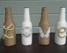 Quatre bouteilles de vin enveloppé dans diverses formes de Jute et corde orné avec les lettres de rituel d'amour.  Je peux faire des couleurs personnalisées il suffit donc de le préciser que les couleurs que vous souhaitez ajouter à la conception à la caisse.  Ces bouteilles sont merveilleux pour un mariage avec des fleurs à coller sur le dessus et ensuite pris comme un souvenir de cette journée spéciale.  J'ai un ensemble dans le cadre de ma maison dans mon entrée façon!  S'il vous plaît…