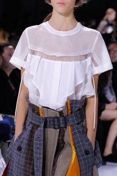 Sacai Spring 2018 Ready-to-Wear Accessories Photos - Vogue -팬츠 벨트 연출 참고 1940s Fashion, Work Fashion, Fashion Week, Fashion Details, Fashion Show, Fashion Outfits, Fashion Trends, Cheap Fashion, Spring Fashion