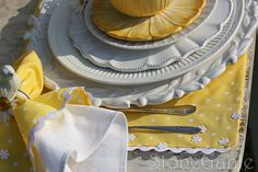 How to make pretty yellow and white placemats and serviette idea. How To Make Placemats, Yellow Placemats, Yellow Table, Daisy Chain, Mug Rugs, Sunday Brunch, Dish Towels, Tea Towels, So Little Time