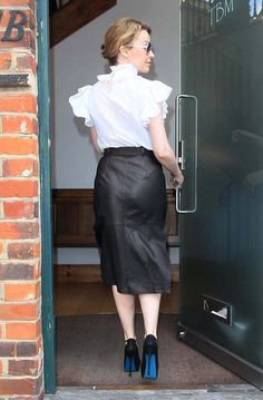 Kylie Minogue is arriving in leather skirt Curvy Fashion, Girl Fashion, Fashion Looks, Petite Fashion, Style Fashion, Melbourne, Kylie Minogue, Leather Dresses, Leather Skirts