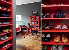 A sua coleção de sapatos merece ser vista. Vale mostrá-la em cristaleiras, caixas coloridas, prateleiras vibrantes ou criar uma peça sob medida para manter tudo organizado. O importante é fugir da mesmice