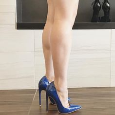 Blue pointed toe stiletto pumps. Tacchi Close-Up #Shoes #Tacones #Heels