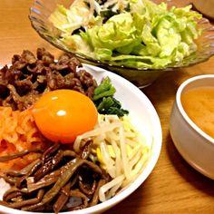 サラダのドレッシング、お肉のタレともに叙々苑のものを使用して、気分だけ贅沢に(笑)。 - 12件のもぐもぐ - ビビンバ、ジャガイモのお味噌汁、サラダ by marikomushi