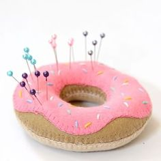 Сделать войлочную пончик подушку совать штыри в. | 19 DIY Doughnut Projects That Are Cute Enough To Eat