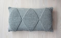 Ravelry: Puder med Harlekintern pattern by Jeanette Bøgelund Bentzen Cushion Cover Pattern, Crochet Cushion Cover, Crochet Pillow, Diy Crochet, Crochet Crafts, Yarn Crafts, Crochet Projects, Crochet Cushions, Blanket Crochet