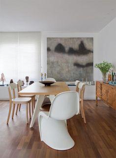 Arte e design dialogam na sala de jantar.