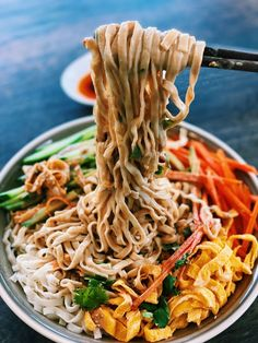 If you never tried Taiwanese 10 Minutes ONLY Traditional Cold Sesame Noodles, you need to give it a try this week. Quick, simple, and super easy to put together at home. Asian Noodle Recipes, Healthy Asian Recipes, Asian Chicken Recipes, Easy Chinese Recipes, Vegetarian Recipes, Cold Sesame Noodles, Hot And Sour Soup, Homemade Chili, Food Inspiration