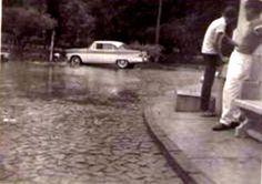 Ford CUSTOM LINE 1955 em uma rua alagada, foi feita no ano de 1963, na cidade de Iraí-RS, onde o avô do Luciano, o senhor Balduino Pietta costumava passar as férias com a família. A cidade de Iraí na época era muito apreciada pelas suas águas termais.Fonte da Imagens: Acervo Pessoal de Luciano Pietta SHOWROOM IMAGENS DO PASSADO resgatando histórias