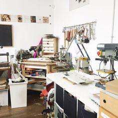 Los sitios con vida creativa tienen que ser así llenos de objetos y herramientas. En @estudio_ductus de creación saben un rato podéis #irdepropio y comprobarlo vosotros mismos. Hacen magia!  #irdepropioductus Paseo de la Ribera 2 by irdepropio