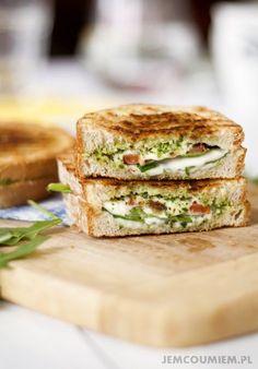 grillowane kanapki ze szpinakiem / jemcoumiem.pl Tomato Sandwich, Spinach, Grilling, Sandwiches, Food And Drink, Vegetarian, Breakfast, Recipes, Impreza