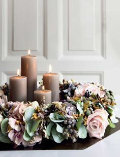 To give your house a luminous glow, we've compiled a list of beautiful Christmas candle decoration ideas for you. Christmas Advent Wreath, Christmas Candle Decorations, Christmas Flowers, Noel Christmas, Simple Christmas, Beautiful Christmas, Christmas Crafts, Advent Wreaths, Decoracion Navidad Diy