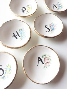 Ceramic Cafe, Ceramic Plates, Ceramic Pottery, Diy Clay, Clay Crafts, Pottery Painting Designs, Personalized Bridesmaid Gifts, Personalized Jewelry, Jewelry Dish