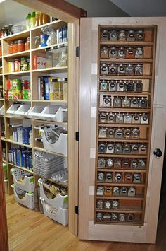 Make a spice rack for the pantry door with pallets!!!
