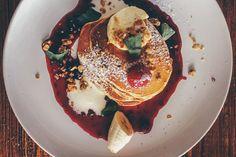 Jeder Tag sollte mit einem leckeren und reichhaltigen Frühstück beginnen! Und zum Glück gibt es davon in Berlin eine ganze Menge. Interessanterweise ist die