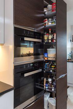 Modern sleek kitchen - Nolte Manhatten Uni Metallic Kubanit on the base units…