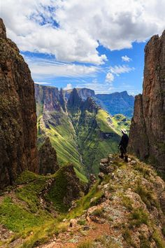 South Africa Travel Inspiration - Hike with a view. Drakensberg Mountains in South Africa Paises Da Africa, Out Of Africa, West Africa, Places To Travel, Places To See, Travel Destinations, Vacation Travel, Travel Deals, Budget Travel