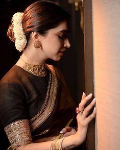 Dress boho over 50 ideas Saree Blouse Neck Designs, Fancy Blouse Designs, Saree Blouse Patterns, Saree Jewellery, Saree Photoshoot, Saree Dress, Black Saree Blouse, Chiffon Saree, Saree Look