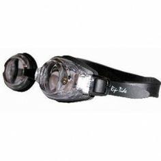Rip-Tide Rip-Tide to nowe okulary pływackie z przezroczystymi szkłami o wysokiej jakości. Możliwy dobór innej mocy szkieł dla lewego jak i prawego oka. Okulary cechują się odpornością na zadrapania, powłoką przeciw parowaniu Anti-Fog jak i 99% ochronie przeciw promieniowaniu UV. Okulary pływackie Rip-Tide posiadają silikonowe uszczelki na szkłach oraz podwójną gumkę zapobiegającą zsuwaniu się z głowy i trzy rozmiary noska (S,M,L).