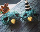Oiseau bleu du bonheur Pin (à gauche)
