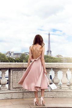 Платье переливающегося цвета пудры с открытой спиной