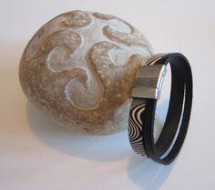Bracelet femme artisanal ethnique, 1 lanière cuir zébrée noir et blanc, 1 lanière cuir noir, fermoir aimanté gravé : Bracelet par d-schaetzle