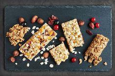 Energy Bars selber machen - hier finden Sie 30 Rezepte wie Sie Energieriegel und Granola Bars selber machen können. Der perfekte gesunde Snack für Unterwegs