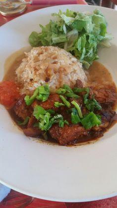 Rougail boucanè riz haricot blanc salade et pument