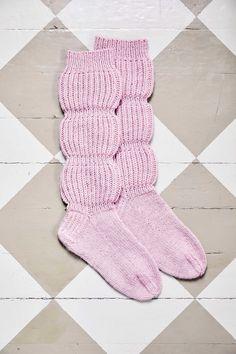 Ruttusukat yhdistävät säärystimet sukkiin – katso ohje! | Meillä kotona Knitting Patterns Free, Free Knitting, Chrochet, Knit Crochet, Thick Socks, Boot Cuffs, Knitting Socks, Knit Socks, Leg Warmers