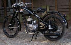 Csepel 125 ccm 1959 Vintage Bikes, Vintage Art, Motorcycle Gear, Vespa, Retro, Vehicles, Live, Old Bikes, Antique Bicycles