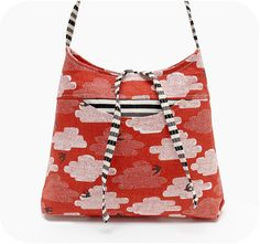 I love this fabric and such a cute bag!
