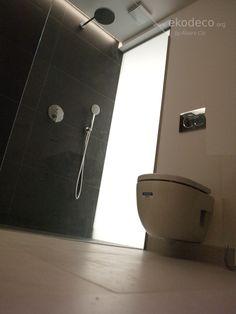 Baño realizado con criterios de bioconstrucción, morteros y pinturas de cal yy baldosa porcelánica 80% material reciclado Bathtub, Bathroom, Passive House, Mortar And Pestle, Recycled Materials, Tiles, Foot Prints, Interior Design, Paintings