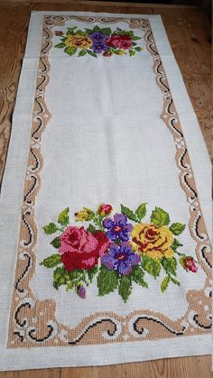 Beautiful wool embroidered tablerunner / tablecloth in offwhite linen from Sweden Crochet Curtain Pattern, Crochet Curtains, Crochet Fabric, Crochet Tablecloth, Cross Stitch Borders, Cross Stitch Rose, Cross Stitch Designs, Cross Stitch Patterns, Hardanger Embroidery