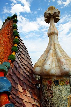 Roof of Casa Batllo, Barcelona. Amazing art, architecture and sustainable design rolled into one magnificent house built Beautiful Architecture, Art And Architecture, Art Nouveau Arquitectura, Barcelona Architecture, Modernisme, Barcelona Catalonia, Antoni Gaudi, World Heritage Sites, Belle Photo