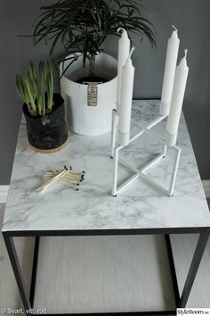 diy,diy bord,marmor,plastfilm,renovera möbler,sidobord,ljusstake,pappkrukor