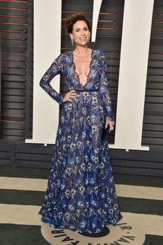 Minnie Driver Embroidered Dress - Minnie Driver went for sexy sophistication in a plunging blue floral-embroidered gown by Naeem Khan at the Vanity Fair Oscar party. Minnie Driver, Naeem Khan, Oscar Dresses, Vanity Fair Oscar Party, Party Looks, Red Carpet Fashion, Star Fashion, High Fashion, Women's Fashion