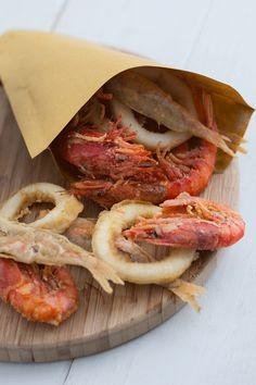 Cuoppo di mare con mayo al mojito: ricco ed irresistibile, è il classico street food napoletano a base di pesce. Il tocco speciale di questa ricetta? Una deliziosa maionese al sapore di mojito!  [Easy italian cuoppo recipe: fried fish and shrimp with mojito mayonnaise]