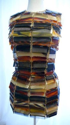 Amazing dress, made of combs. And another dress made of shoelaces on same page. By Maison Martin Margiela Artisanal Fashion Art, Fashion Show, Fashion Design, Fashion Flats, Fashion Rings, Textile Manipulation, Crazy Dresses, Photos Of Dresses, Recycled Dress