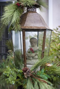 Picture Of cool christmas lanterns decor ideas for outdoors 9 Lantern Christmas Decor, Christmas Porch, Noel Christmas, Green Christmas, Outdoor Christmas, Rustic Christmas, Winter Christmas, All Things Christmas, Deco Floral