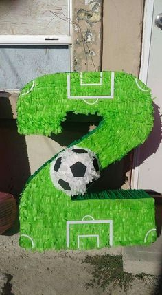 5.- La piñata de soccer no puede faltar. Ya sea una con textura de pasto conla figura del número de cumpleaños o una simple esfera forrada, no puede faltar en la diversión de los niños, intenta hacerla tú!!! Soccer Birthday Parties, Leo Birthday, Football Birthday, Sports Birthday, Sports Party, Barcelona Soccer Party, Senior Night Gifts, Football Themes, Birthday Centerpieces