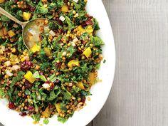 Cette salade offre une bonne portion de fibres et de vitamine C. Une saveur inoubliable qui laisse planer un air de fête dans l'assiette.