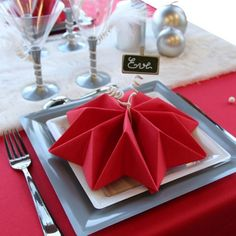 fold napkins Christmas red star silver decorations - 35 Beautiful Examples of Napkin Folding A nice table setting doesn't necessarily mean expensive tableware or the finest table linens. You can DIY napkin folding for different themes or purposes. Paper Napkin Folding, Christmas Napkin Folding, Christmas Napkins, Paper Napkins, Folding Napkins, Cloth Napkins, Deco Table Noel, Homemade Christmas Gifts, Holiday Tables