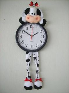 Confeccionado em feltro, tecido 100% algodão, enchimento  siliconado antialérgico, fita de cetim e botões decorativos. R$ 50,00 Clock Art, Diy Clock, Handmade Crafts, Diy And Crafts, Arts And Crafts, Kitchen Hot Pads, Cow Kitchen Decor, Felt Decorations, Cow Print